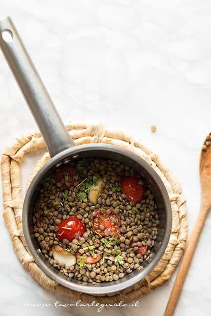 Aggiungere le letincchie al soffritto - Ricetta Zuppa di lenticchie