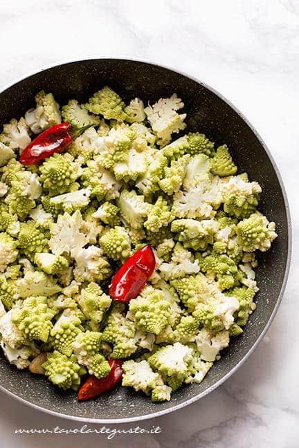 Soffriggere i broccoli romani con aglio e peperoncino - Ricetta pasta con crema di broccoli