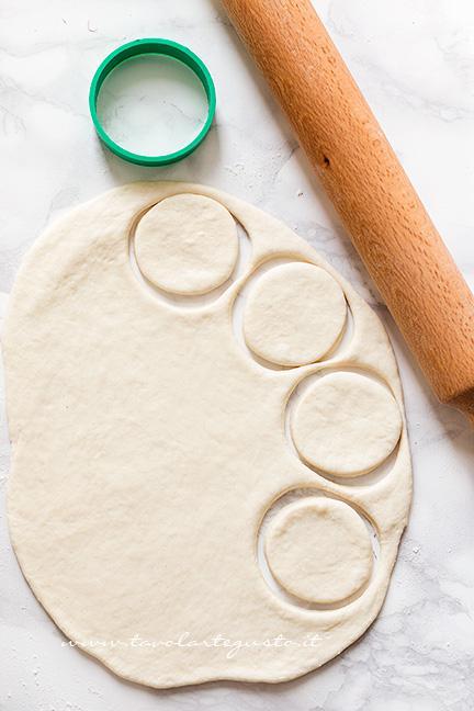 stendere l'impasto e ricavare dei cerchi - Ricetta pizzette allo yogurt velocissime