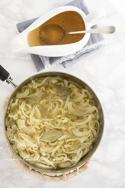 Aggiungere il brodo di carne alle Cipolle - Ricetta Zuppa di Cipolle (Soup à l' Oignon)