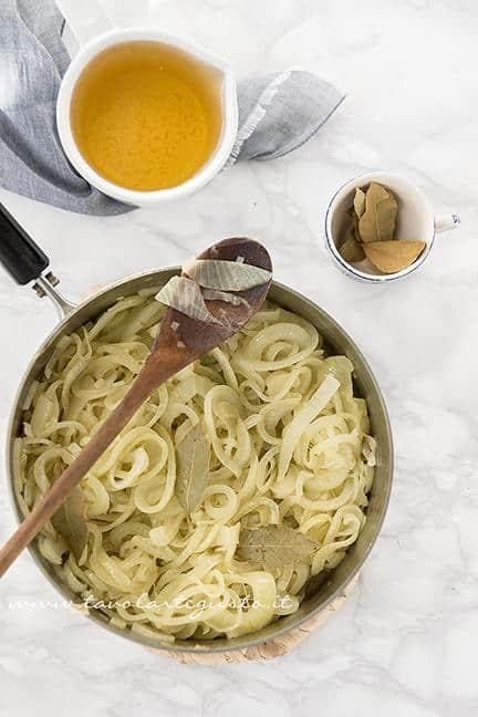 Aggiungere la birra e l'alloro alle cipolle - Ricetta Zuppa di Cipolle (Soup à l' Oignon)