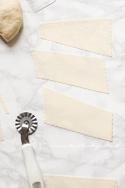 Formare le Chiacchiere senza uova e burro4 - Ricetta Chiacchiere senza uova e burro
