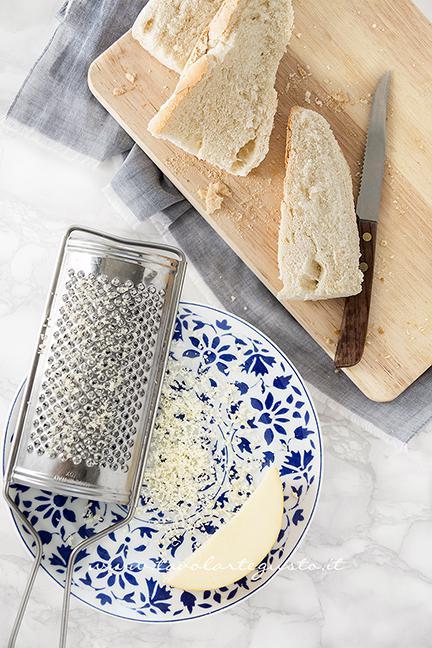 Grattugiare la scamorza per i crostoni -Ricetta Zuppa di Cipolle (Soup à l' Oignon)