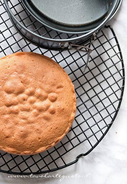 Lasciare raffreddare la Torta su una gratella -  Ricetta Sponge Cake