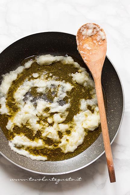 Preparare il soffritto di olio e cipolla -  Ricetta Lasagne al Radicchio