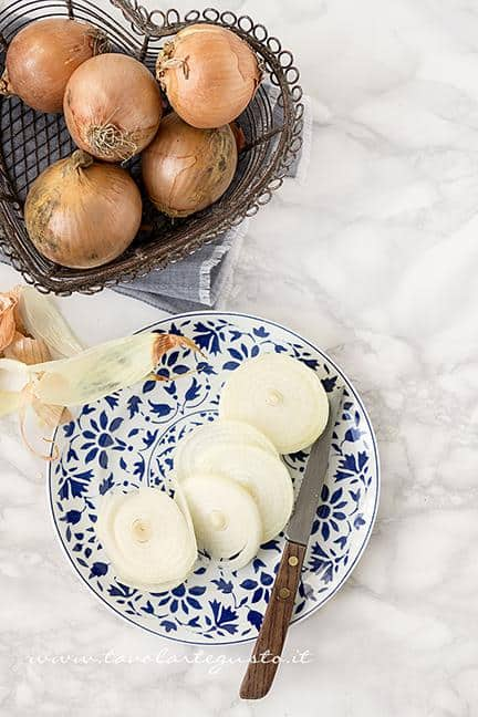 Sbucciare e affettare le Cipolle- Ricetta Zuppa di Cipolle (Soup à l' Oignon)