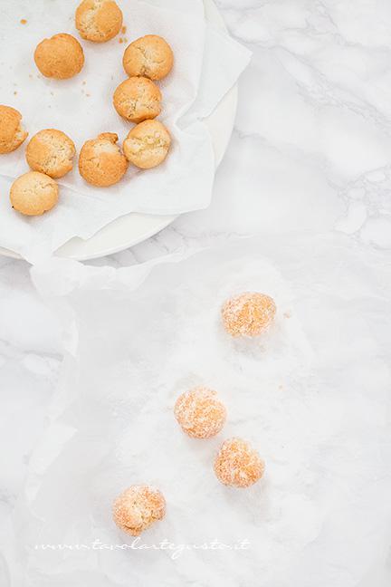 Tuffare le Castagnole nello zucchero - Ricetta Castagnole
