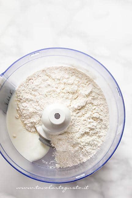 Unire nel mixer yogurt e farina - Ricetta Chiacchiere senza uova e burro