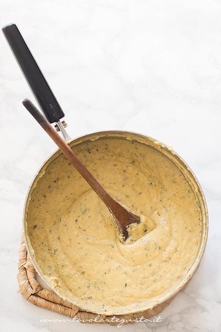 Aggiungere le farine e cuocere qualche minuto - Ricetta Chips di farina di ceci e rosmarino