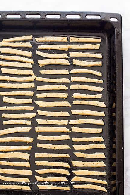 Chips in teglia pronte per essere infornate - Ricetta Chips di farina di ceci e rosmarino