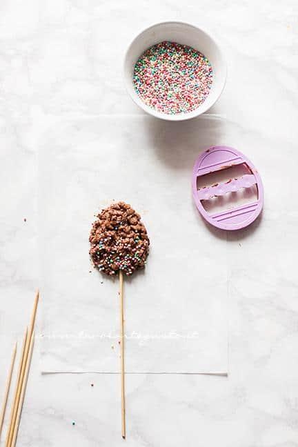 Come fare gli ovetti lollipop - Ricetta Ovetti di cioccolato e riso soffiato