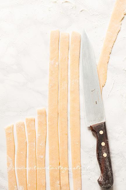 Tagliare le striscioline - Ricetta Pastiera napoletana