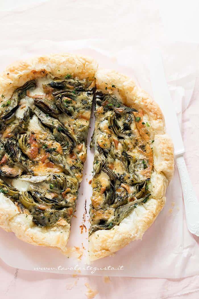 Torta pronta per essere infornata -Ricetta Torta salata ai Carciofi .