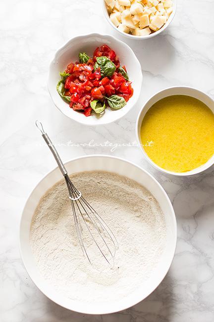 Mescolare in 2 ciotole ingredienti liquidi e ingredienti secchi  - Ricetta Muffin salati provola e pomodorini