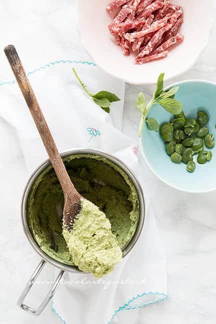 Preparare la crema di fave - Ricetta pasta con le fave e salame