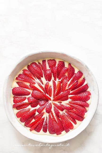 Torta pronta per essere infornata - Ricetta Torta soffice alle fragole