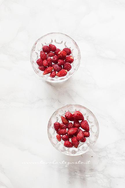 dagiare le fragoline nelle coppe - Ricetta Mousse allo yogurt