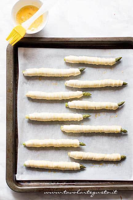 Pennellare con uovo sbattuto - Ricetta Asparagi in crosta di pasta sfoglia