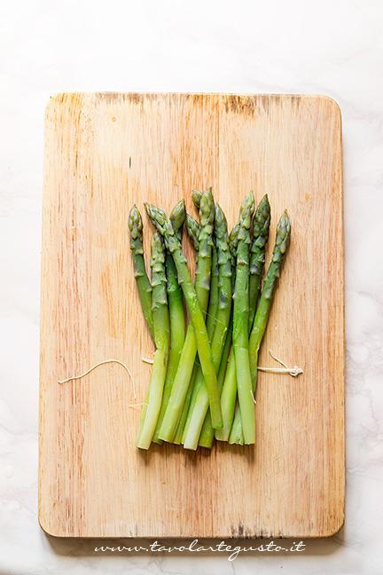 Sbollentare gli asparagi - Ricetta Asparagi in crosta di pasta sfoglia