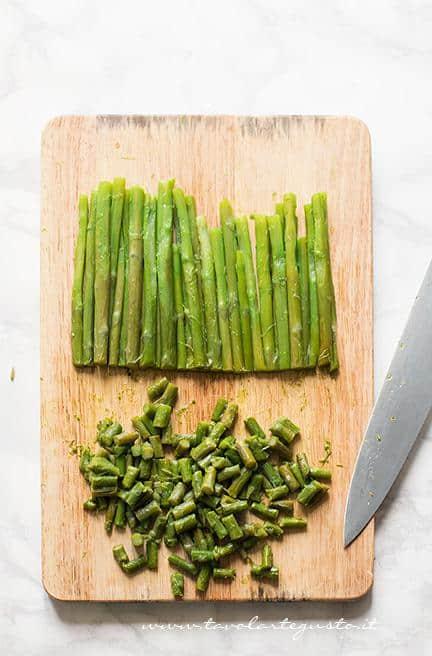 Affettare le parti di gambo più tenere -Ricetta Risotto agli asparagi