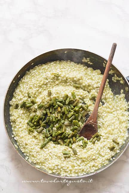 Aggiungere i pezzetti di asparagi - Ricetta Risotto agli asparagi