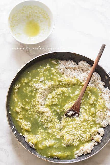 Aggiungere la crema di asparagi - Ricetta Risotto agli asparagi