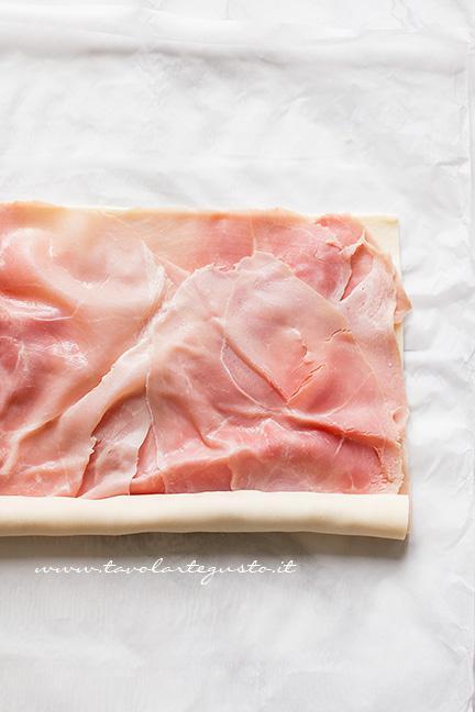 Arrotolare la sfoglia - Ricetta Girelle di pasta sfoglia salate