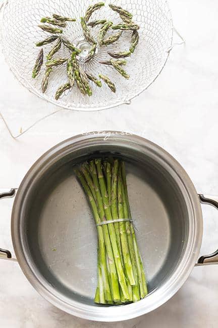 Bollire i gambi e cuocere a vapore le punte di asparagi - Ricetta Risotto agli asparagi