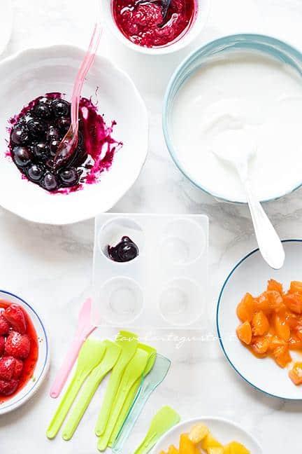 Come preparare i Ghiaccioli allo yogurt e frutta - Ricetta Ghiaccioli allo yogurt e frutta