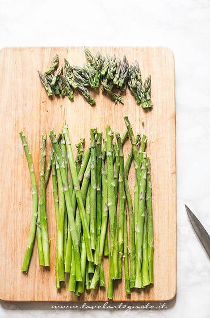 Dividere le punte di asparagi dai gambi - Ricetta Risotto agli asparagi