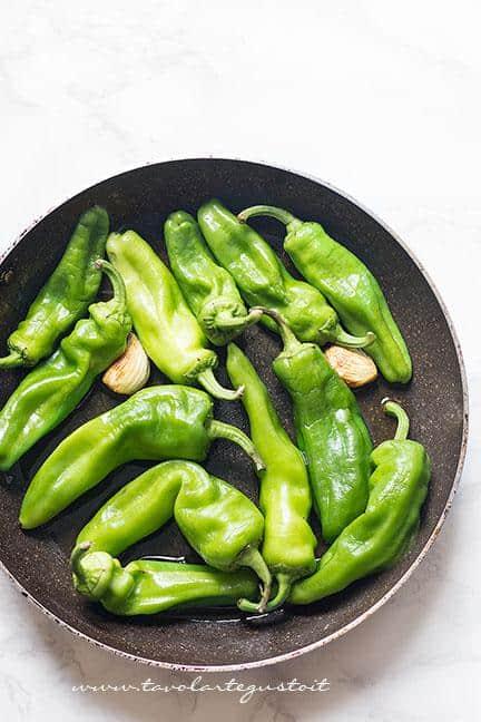 Friggere i peperoncini verdi  - Ricetta Spiedini di mozzarella e peperoncini verdi