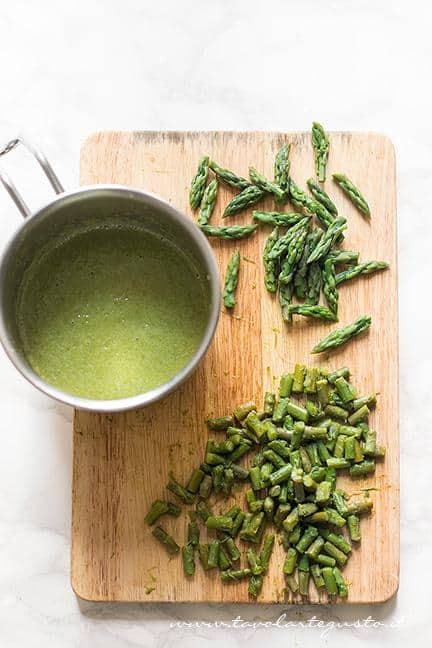 Frullare il resto dei gambi di asparagi - Ricetta Risotto agli asparagi