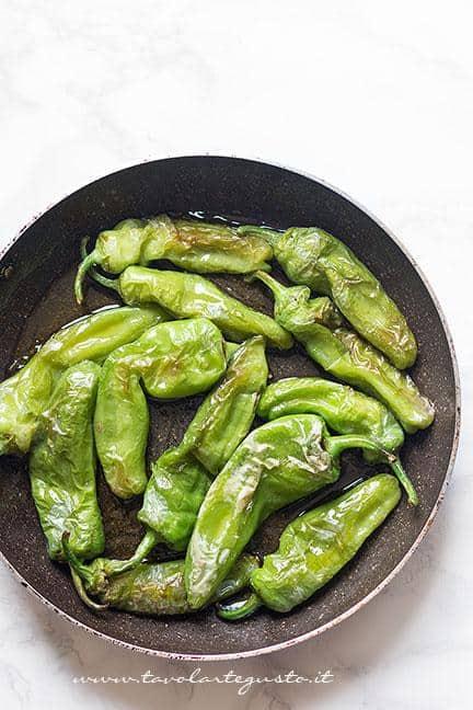 Peperoncini verdi frutti - Ricetta Spiedini di mozzarella e peperoncini verdi