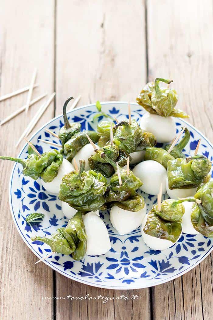 Spiedini di mozzarella e peperoncini verdi