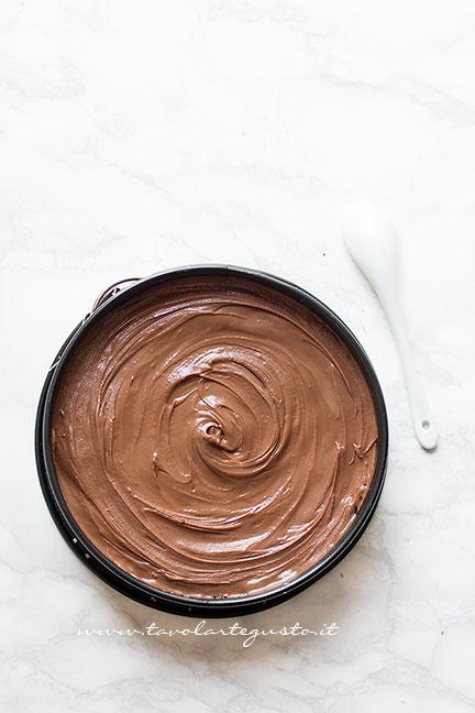 Appiattire il Topping e riporre la torta in frigo - Ricetta Torta cocco e cioccolato fredda e senza cottura