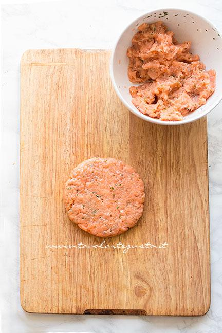 Come formare l'hamburger di salmone2 - Ricetta Hamburger di salmone