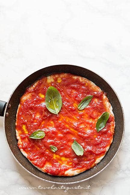 Condire la pizza con pomodoro olio e basilico - Ricetta Pizza in padella