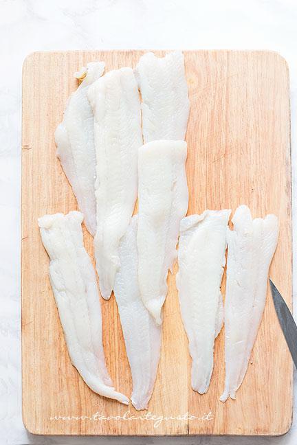 Dividere a metà i filetti di platessa  -  Ricetta Involtini di Platessa