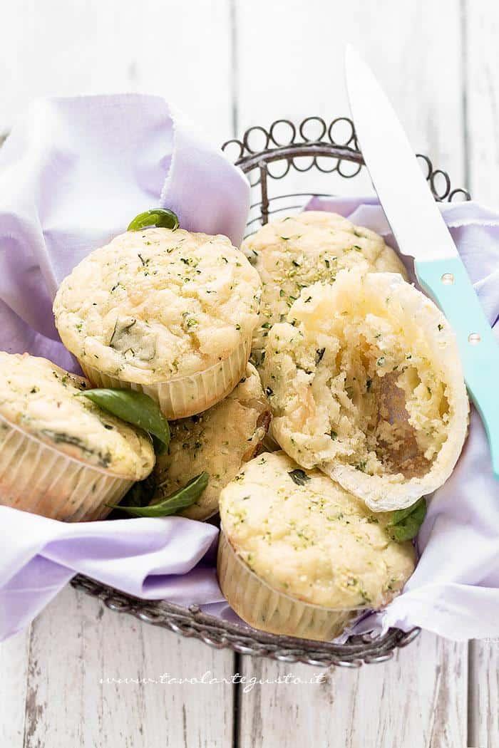 Muffin alle zucchine  - Ricetta Muffin salati alle zucchine -