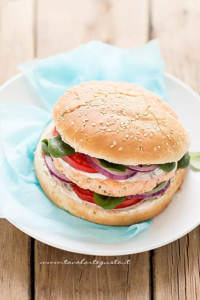 Panino con Hamburger di salmone (Burger buns di salmone) - Ricetta Hamburger di salmone