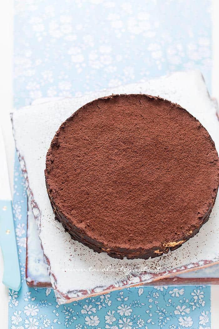 Spolverare di cacao la torta di biscotti- Ricetta Torta di biscotti al cioccolato