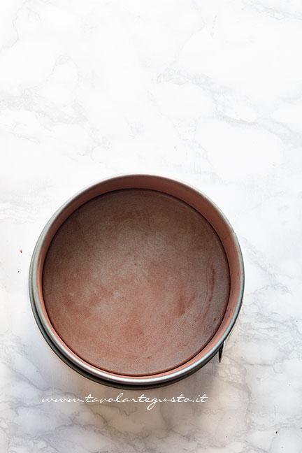 Spolverare uno stampo con il cacao - Ricetta Torta di biscotti al cioccolato