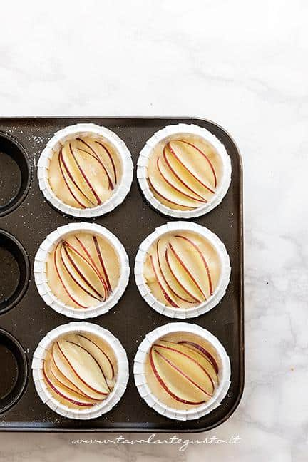 Aggiungere le fettine di mela sopra l'impasto - Ricetta Muffin alle Mele