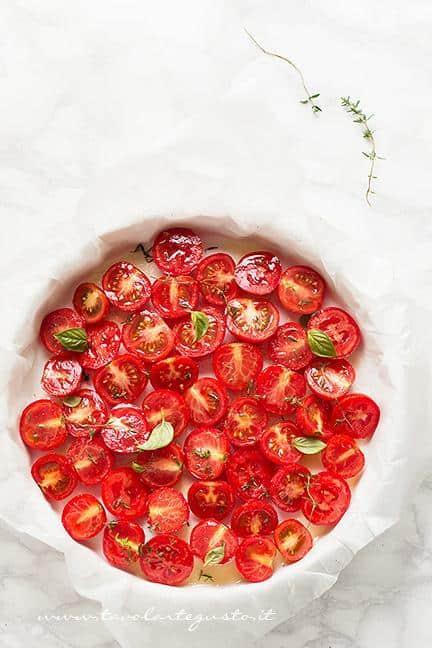 Condire i pomodorini in teglia - Ricetta Tarte Tatin di Pomodorini