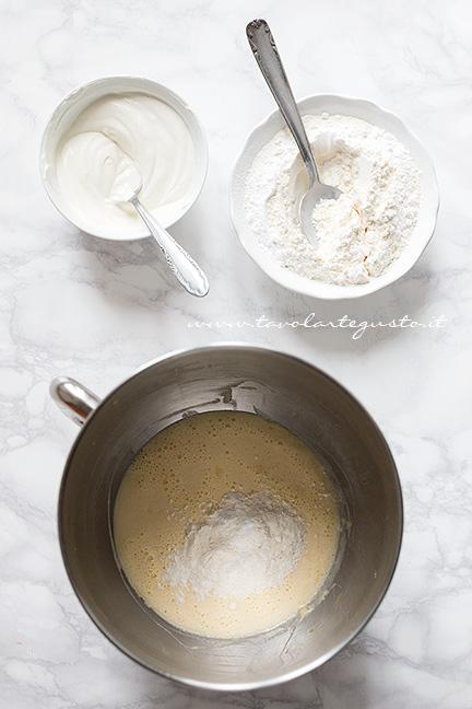 Aggiungere 1 cucchiaio di farina all'impasto - Ricetta Torta morbida con gocce di cioccolato