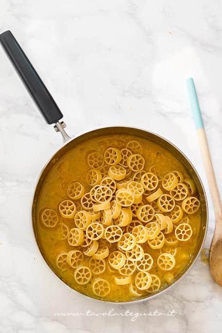 Aggiungere la pasta nella Zucca - Ricetta Pasta e Zucca