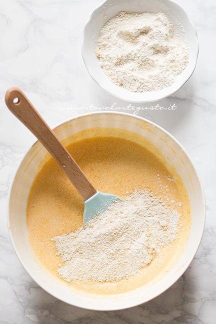 Aggiungere le farine - Ricetta Torta alla Zucca