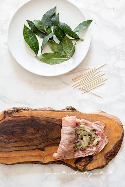 Arrotolare la carne, realizzando un involtino - Ricetta Involtini di carne con funghi