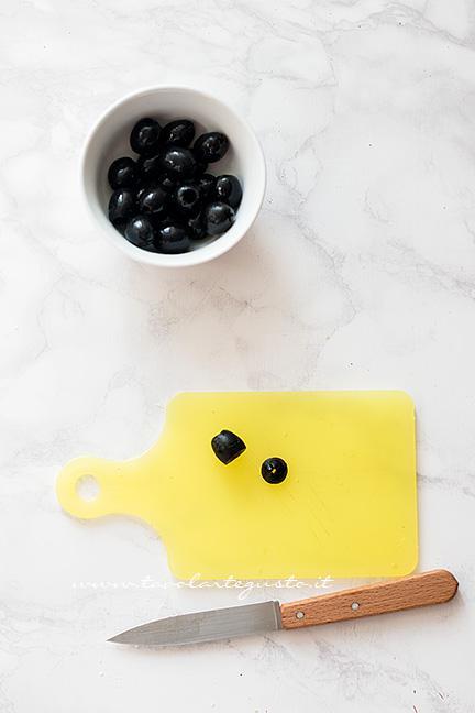 Come fare il ragno con le olive 1 - Ricetta Pizzette Ragno per Halloween