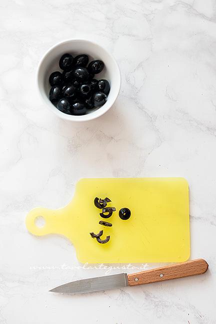 Come fare il ragno con le olive 2 - Ricetta Pizzette Ragno per Halloween